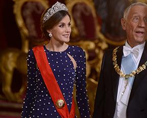ממש לא זארה: המלכה לטיסיה בשמלה ששמטה לנו את הלסתות